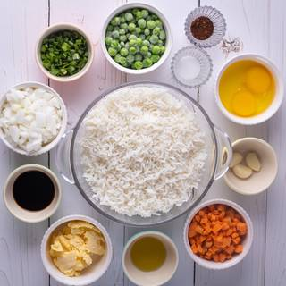 Prepare the ingredients for the fried rice. Cook the rice with some water, drain and let it cool down.