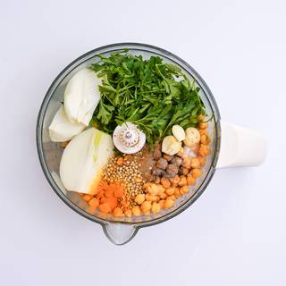 Soak the chickpeas in water for at least 12 hours and drain them. Peel and chop the onions.