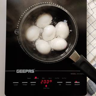 Put the egg with enough water on the heat. The whole eggs are cooked when the water boils until a quarter later.
