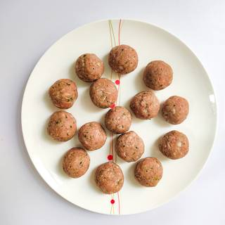 With your hands, shape the meatballs into the size of walnuts.