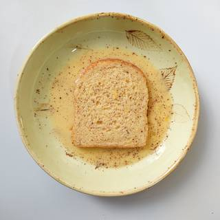 Roll the other side of the toast in the liquid and be careful to do the rolling steps quickly so that the bread does not separate.