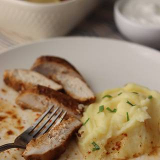 Cut with a non-saw knife. You can eat it with mashed potatoes, bread or rice.