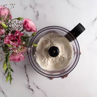 Combine flour, sugar, and salt with a blender until they get mixed well.