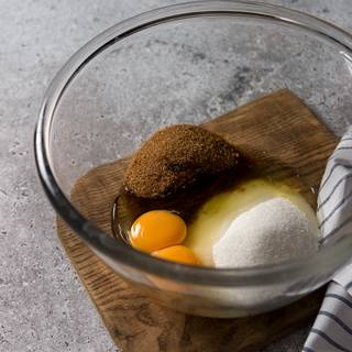 When the chocolate and butter are melted. Beat brown sugar, white sugar powder, and eggs with a mixer for 5 minutes to change color and stretch. Be sure to stir for 5 minutes and beat one last minute with fast speed.