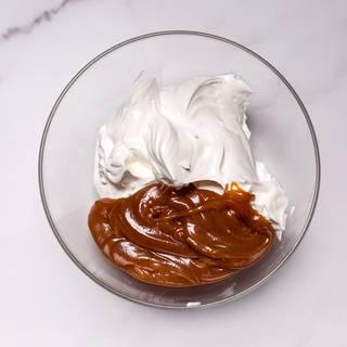 Mix the cream with the caramel sauce.