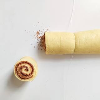 Cut the roll to 6 or 8 even parts with a string.