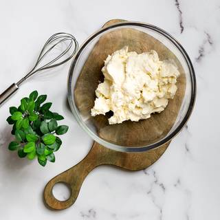 Mix the cream cheese and cream with a hand mixer until they are mixed. Instead of cream cheese, you can also use mascarpone, which I will explain in the tips section.