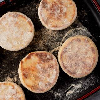 Put a pan on the heat to become hot, then cook the muffins inside it.
