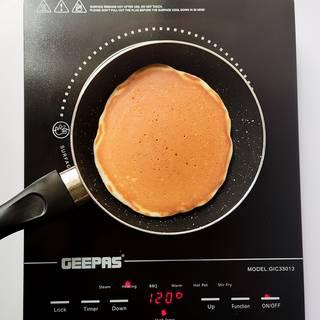 سرخ کردن پنکیک در ماهیتابه