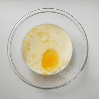مخلوط کردن شیر و تخم مرغ