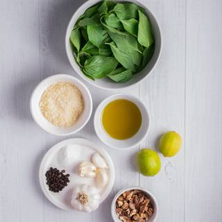 Prepare the ingredients for the pesto sauce. Drain the basil leaves after washing them.