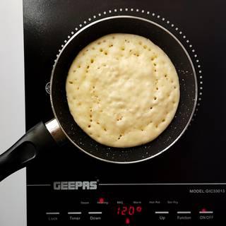 پختن پنکیک در ماهیتابه