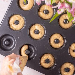 Grease the donut molds and fill them with the dough using a piping bag. Bake them in the oven for 20 minutes. Let them cool down for a few minutes then remove them from the molds.